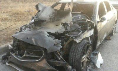 Un Mercedes a luat foc după ce șoferul s-a izbit într-un stâlp